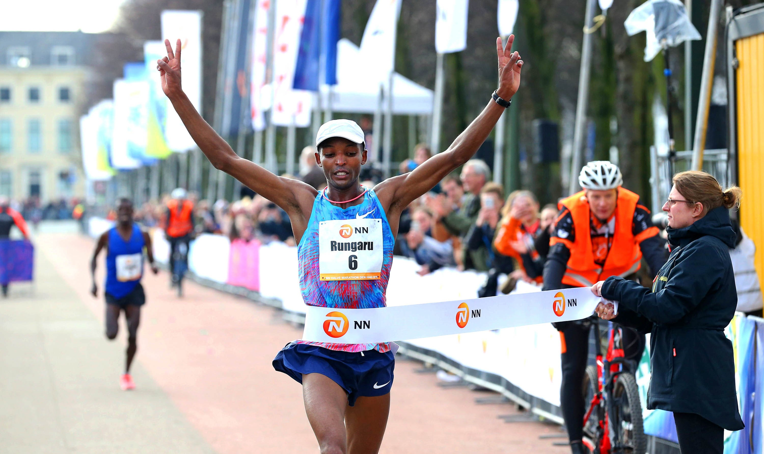 James Rungaru wint de 44e NN CPC Loop Den Haag in 59:38